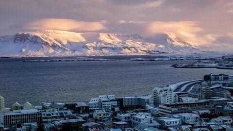 Sonnenuntergang über dem Hafen von Reykjavik.