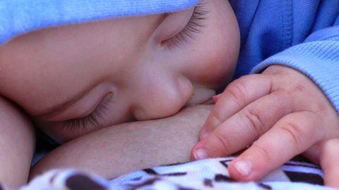 Auf Facebook ist es aufgrund der Werberichtlinien nicht erlaubt, eine stillende Mutter abzubilden (Symbolbild)