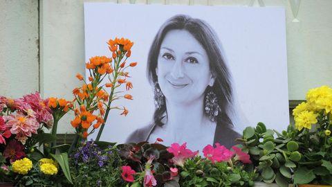 Kerzen und Blumen stehen im Gedenken vor einem Foto der ermordeten maltesischen Journalistin Daphne Caruana Galizia