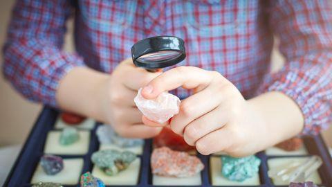 Kinder haben Spaß daran, Kristalle zu züchten