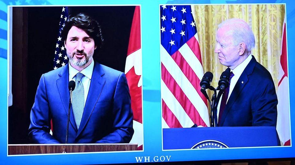 Ein Monitor zeigt das virtuelle Treffen: links Justin Trudeau, rechts Joe Biden