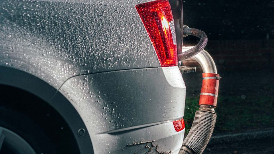 Schadstoffmessung bei einem Škoda: Die Abgase werden aus dem Auspuff in ein Messgerät umgeleitet