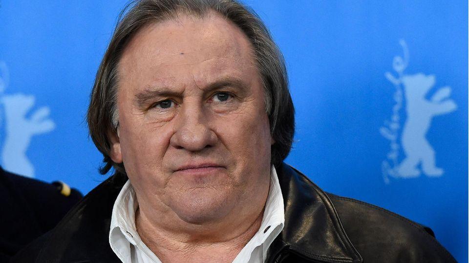 Der SchauspielerGérard Depardieu blickt ernst in die Kamera