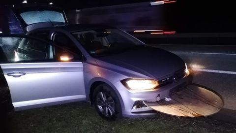 Bei Gau-Bickelheim auf der A61 verlor ein Lkw eine Kabeltrommel. Teile davon bohrten sich in ein Auto.