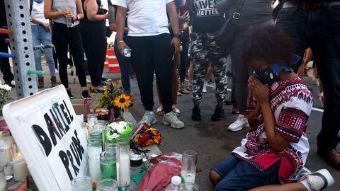 Kerzen und Blumen erinnern an den gewaltsamen Tod des US-Amerikaners Daniel Prude durch Polizeibeamte