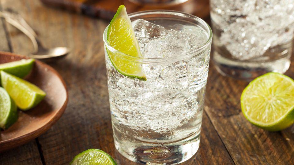 Ein Glas Gin mit Limetten
