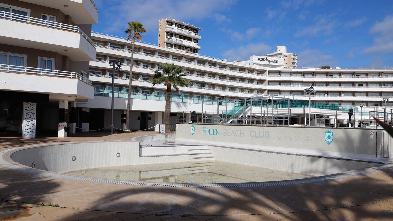 Geschlossenes Hotel mit leerem Pool auf Mallorca