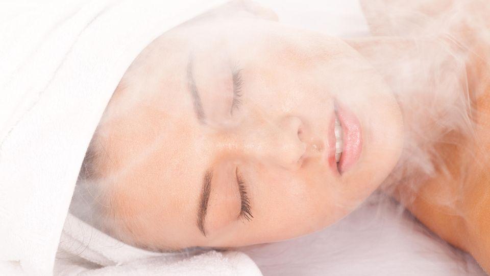 Eine Gesichtssauna verbessert das Hautbild