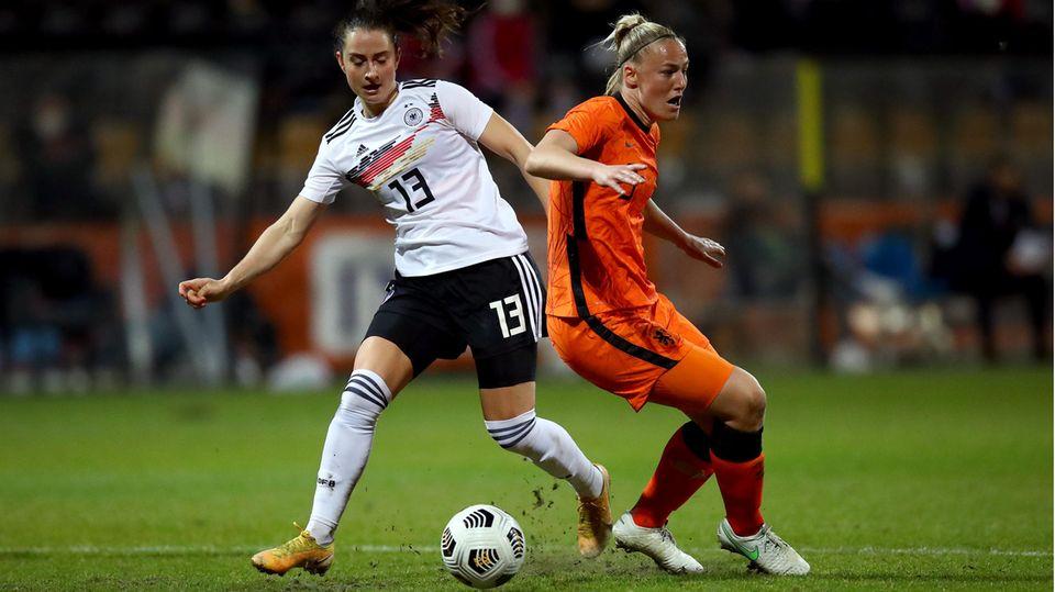 Sara Däbritz im Zweikampf mit der Niederländerin Stephanie van der Gragt