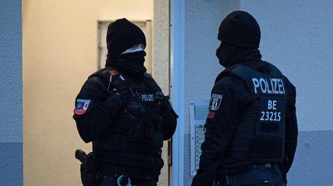 Polizeibeamte führen in Moabit eine Razzia durch