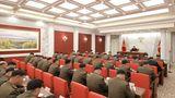 Pjöngjang, Nordkorea. In dem abgeschotteten Land ist es üblich, sich Notizen zu machen, wenn der oberste Herrscher Kim Jong Un (M. hinten) spricht. Nicht anders ist das beim Militärkommissionstreffen der herrschenden Arbeiterpartei.