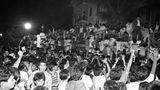 25. Februar 1986: Hunderte Filipinos stürmennach dem Rücktritt und der Flucht von Präsident Ferdinand Marcos den Präsidentenpalast in der philippinischen HauptstadtManila. Marcos regierte von Ende 1965 bis 1986, seit 1972 auch diktatorisch. Nachdem Marcos nach einer Wahl 1986 – bei der internationale Beobachter Wahlbetrug feststellten – zum Sieger erklärt wurde, kam es zu Großdemonstrationen und Rücktrittsforderungen, die sogenannte EDSA-Revolution. Auch das Militär meuterte. Marcos ließ sich am Abend des 25. Februar zwar noch vereidigen, floh dann aber schon wenige Stunden später nach Guam und reiste dannweiter nach Hawaii, wo er 1989 im Exil starb. Die Oppositionspolitikerin Corazon Aquino übernahm nach Marcos Rücktritt die Amtsgeschäfte.