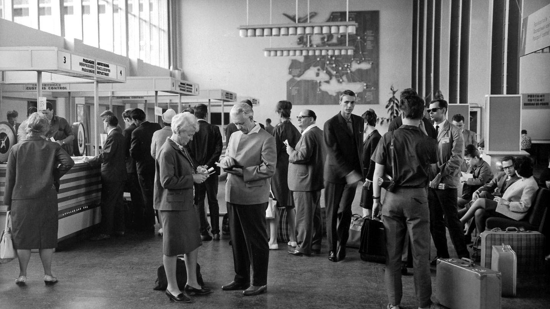 Bild 1 von 19der Fotostrecke zum Klicken: So ging es bei derPassabfertigung auf dem Flughafen Berlin-Schönefeld im Jahre 1964 zu.