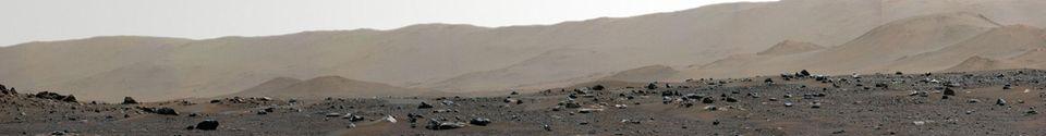 Blick auf den Rand des Jezero Kraters und die Mars-Landschaft dahinter