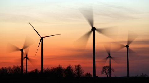 Windkraftanlagen vor einem Sonnenuntergang.
