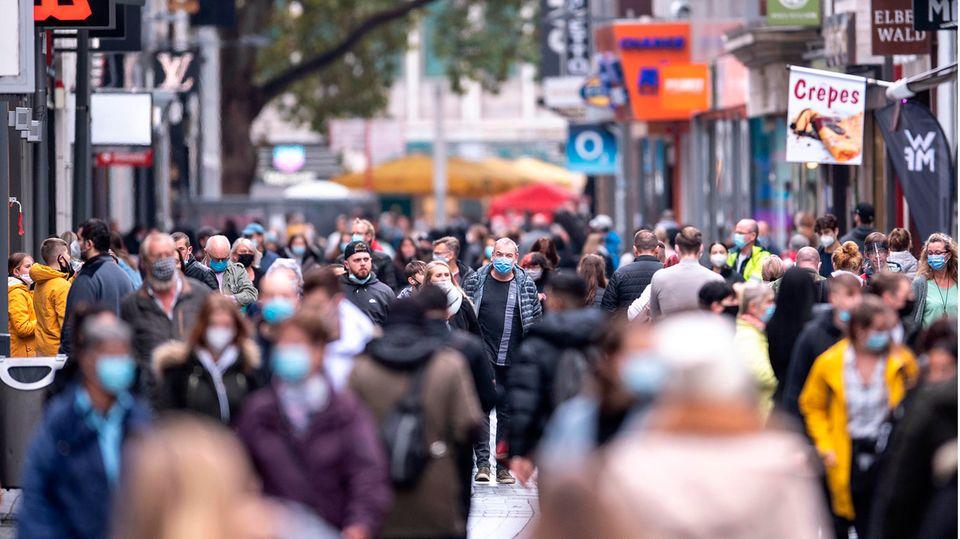 Corona-Lockerungen: Menschen gehen über die Hohe Straße in Köln