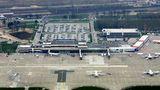 Luftaufnahme aus dem Jahre 2005: Das Gebäude aus den 1970er Jahren wurde nach der Wendeerweitert, erhielt Fluggastbrücken und wurde speziell zum Flughafen für Billigfliegern ausgebaut.