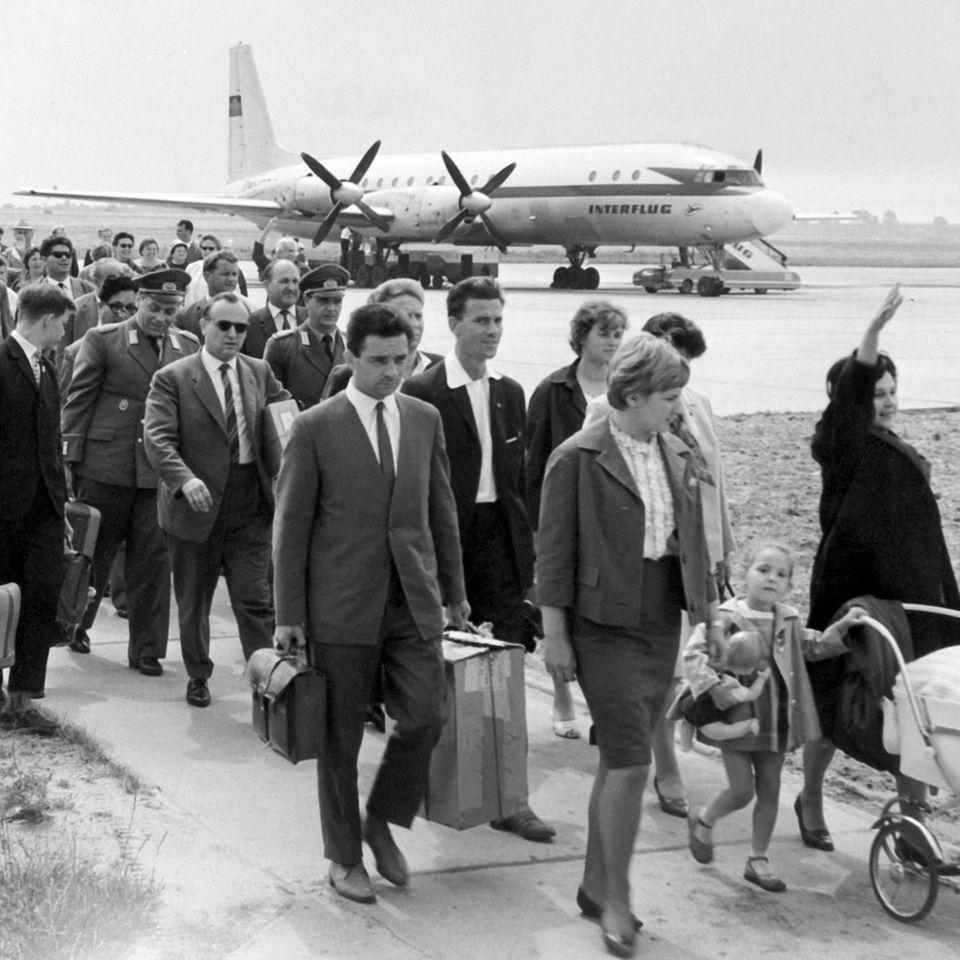 Passagiere am DDR-Flughafen Schönefeld
