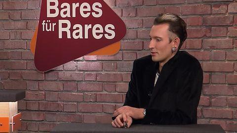 Fabian Kahl sitzt im Bares für Rares Studio in Pulheim im Händlerraum