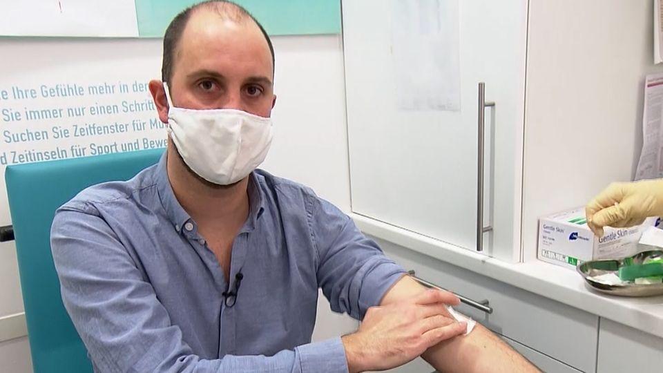 Lutz Harbaum macht einen Antikörpertest