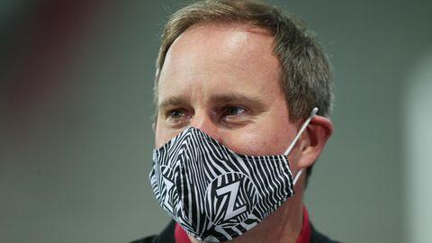 St. Paulis Präsident Oke Göttlich mit Mund-Nasen-Schutz