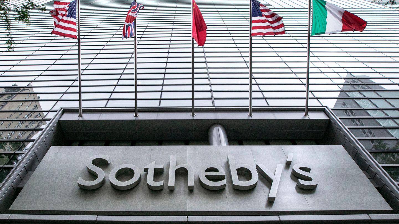 Fahnen wehen an der Fassade des Auktionshauses Sotheby's in New York