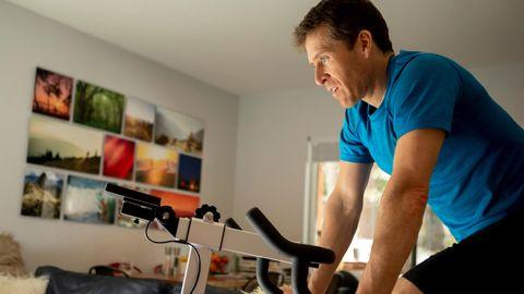 """Spinning-Bikes: Heimtrainer? War früher. Unser Autor testete das komplett vernetzte Trendgerät """"Peloton Bike+"""""""