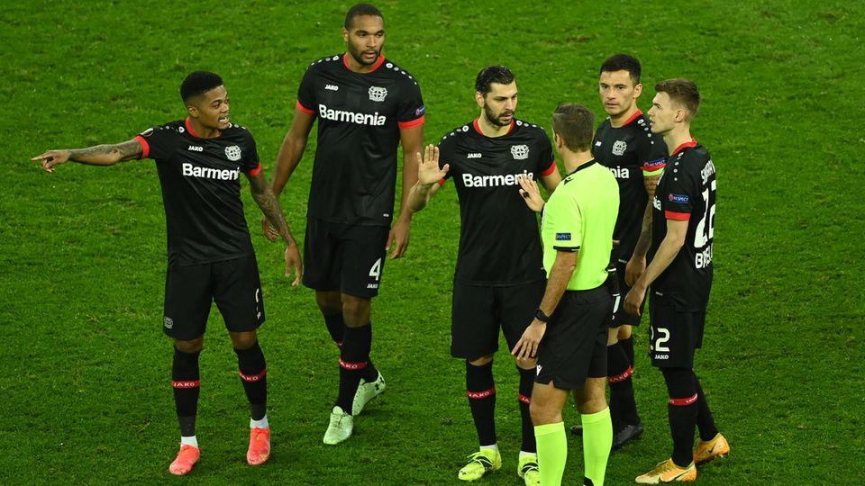 Leverkusens österreichischer Verteidiger Aleksandar Dragovic diskutiert mit dem italienischen Schiedsrichter Davide Massa