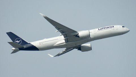 Flugzeug hebt ab - mit Corona-Impfpass verreisen