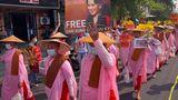 Yangon, Myanmar. Buddhistische Nonnen demonstrieren für die von der Militär-Junta abgesetzte Regierungschefin Aung San Suu Kyi.