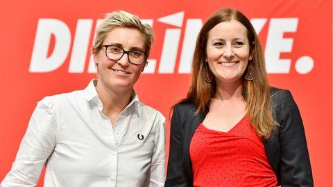 Susanne Hennig-Wellsow (l.) und Janine Wissler stehen nebeneinander und lächeln