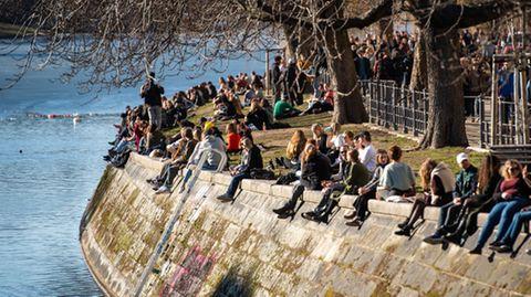 Menschen genießen den Frühlingsanfang in Berlin