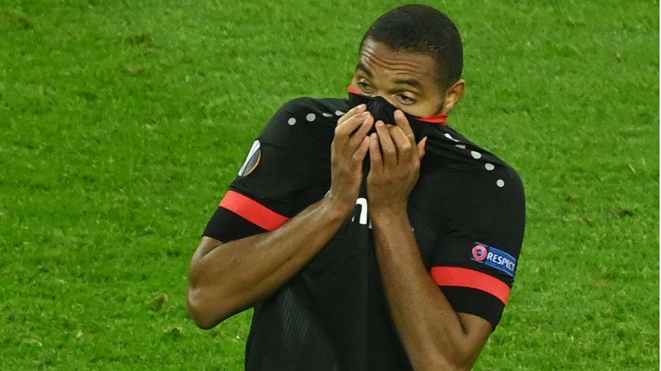 Leverkusen-Verteidiger Jonathan Tah zieht sein Trikot über sein Gesicht