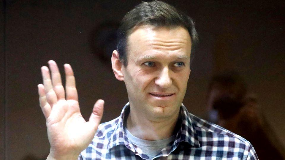 Alexej Nawalny steht in einem Käfig aus Glas im Babuskinsky Bezirksgericht in Moskau