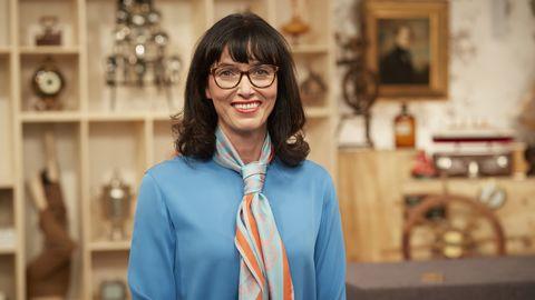 Bares für Rares Expertin Heide Rezepa-Zabel steht im Studio in Pulheim und lächelt in die Kamera
