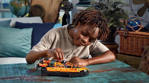 Lego-Neuheiten 2021: Junge spielt mit dem neuen Technic-Luftkissenboot