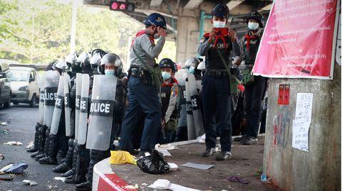 Myanmar, Rangun: Polizisten stehen in Formation zusammen