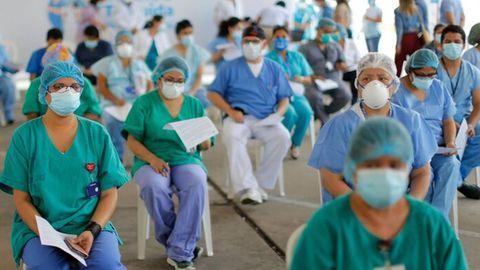 Gesundheitsmitarbeiter warten in Perus Hauptstadt Lima auf ihre Impfung