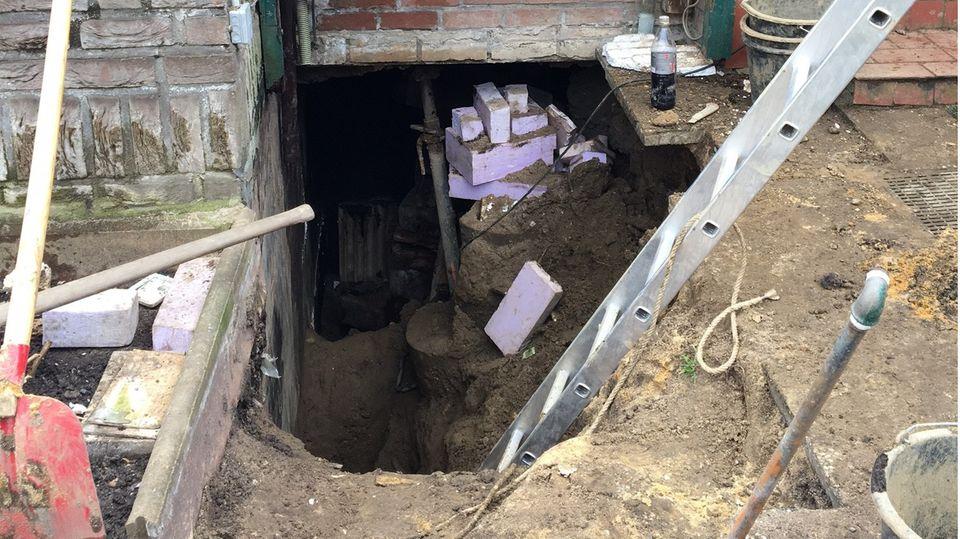 Eine Leiter steht in einer Baugrube