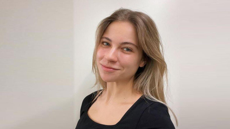 Die Youtuberin Melina Sophie vor einem weißen Hintergrund