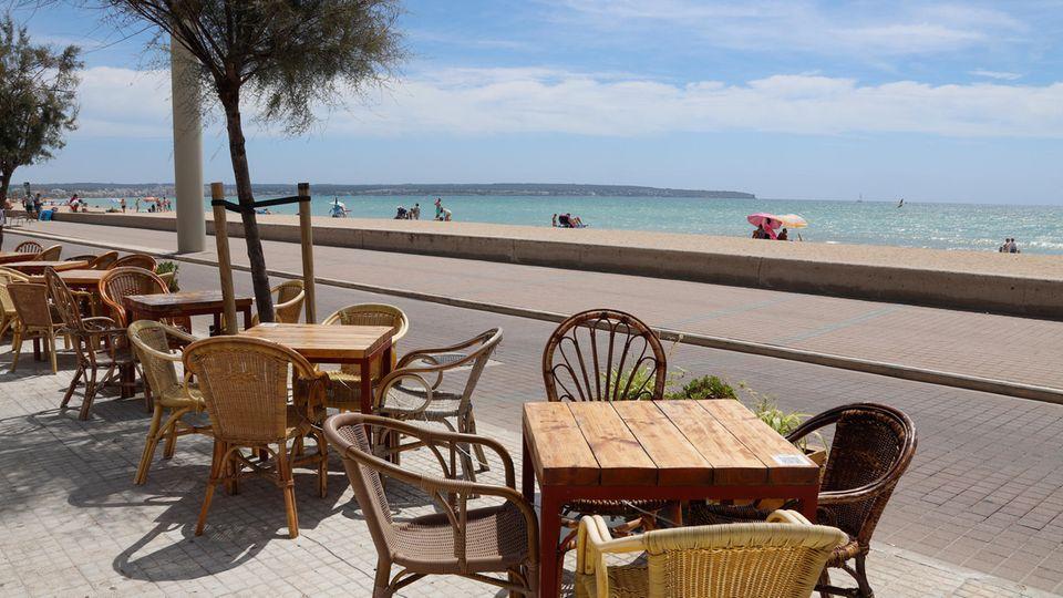 Noch sind die Tische und Stühle auf den Terrassen in Mallorca unbesetzt