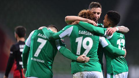 Bremens Stürmer Joshua Sargent (m.) lässt sich nach seinem Tor von Milot Rashica, Marco Friedl und Felix Agu feiern