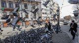 Ankara, Türkei. Passanten füttern Tauben in der türkischen Hauptstadt während einer zweitägigen Ausgangssperre.