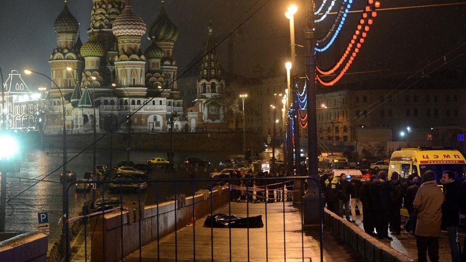 27. Februar 2015: Einsam liegt ein Leichensack auf einem Bürgersteig, unweit des Kremls in Moskau. In ihm: Boris Nemzow. Russlands damals prominentester Oppositionellerwar am 27. Februar 2015 kurz vor Mitternacht in der Nähe des Kreml erschossen worden. Der Politiker galt als liberaler Reformer und war in den 1990er Jahren Vize-Regierungschef. Später wurde er zur Galionsfigur der russischen Opposition. Er war ein erbitterter Kritiker Putins.  2017 wurde ein ehemaliger Offizier aus Tschetschenien für den Mord zu 20 Jahren Haft verurteilt, vier weitere Männer wurden der Beihilfe zum Mord schuldig befunden. Die Familie und Anhänger Nemzows werfen den russischen Behörden jedoch vor, die Drahtzieher bis heute nicht zur Rechenschaft gezogen zu haben.Der Mord anNemzowwirft noch immer viele Fragen auf.