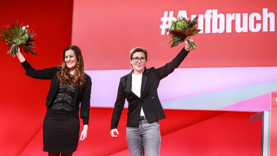 Janine Wissler (l) und Susanne Hennig-Wellsow nach ihrer Wahl auf dem Online-Parteitag der Linken