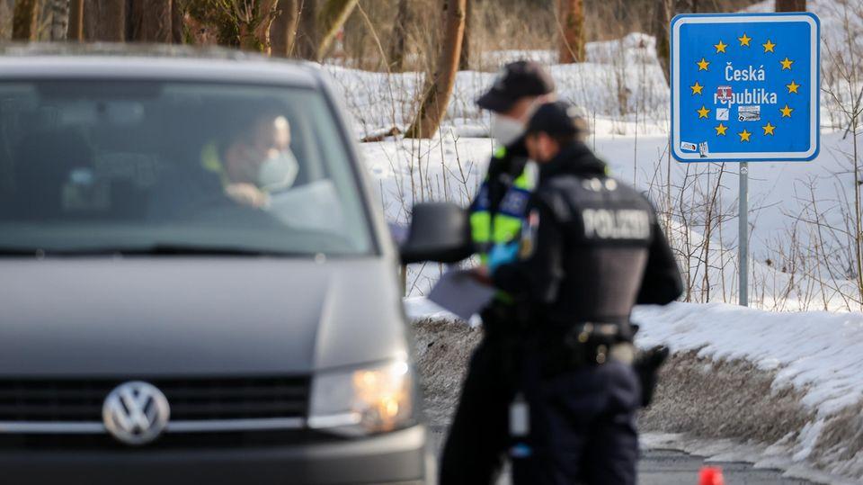 Beamte der Bundespolizei kontrollieren den Fahrer eines Fahrzeuges aus Tschechien.