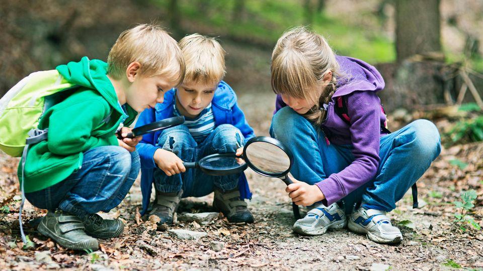 Kinder nutzen die Hocke noch unbewusst sehr oft, im Laufe des Lebens verlernen wir diese Pose jedoch