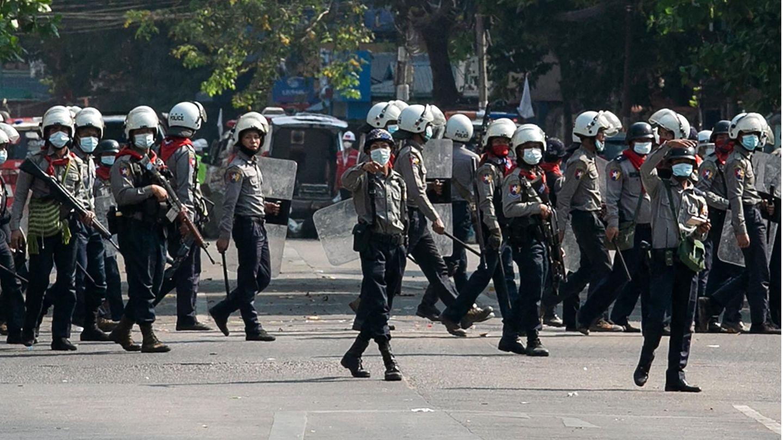 Polizisten in Yangon, Myanmar am 28. Februar
