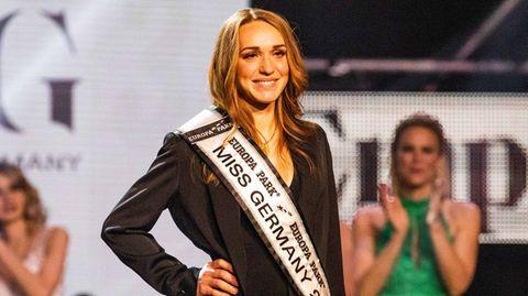 Anja Kallenbach, Miss Germany 2021 steht kurz nach ihrer Wahl auf der Bühne