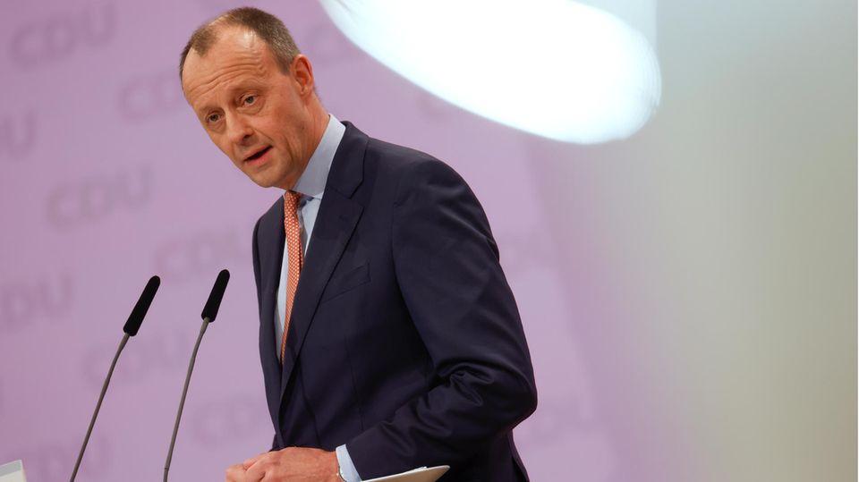 Friedrich Merz steht an einem Rednerpult